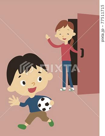 遊びに行く子どもを見送るお母さん 77511715