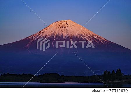 赤富士・冠雪の富士山・日本の風景 77512830