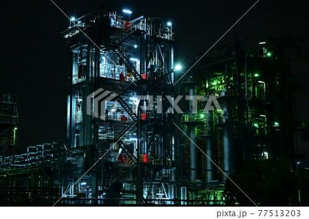 神殿のように浮かび上がる川崎の工場夜景 77513203