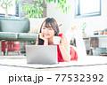 若い女性 ノートパソコン リビングルーム 77532392