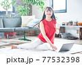 若い女性 ノートパソコン リビングルーム 77532398