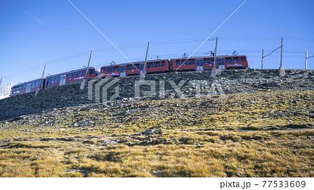 スイス・ツェルマット 山の上を走るゴルナーグラート鉄道の列車 77533609