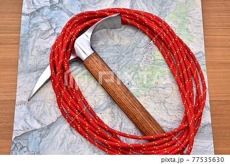 登山イメージ 登山用品 山岳装備 ピッケル ザイル   77535630