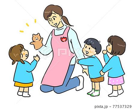 こどもたちと遊ぶ保育士の女性 77537329