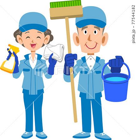 清掃用具を持ったシニアの清掃作業員の男性と女性 77544182