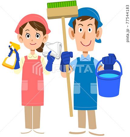 清掃用具を持ちエプロンを着用した男性と女性 77544183