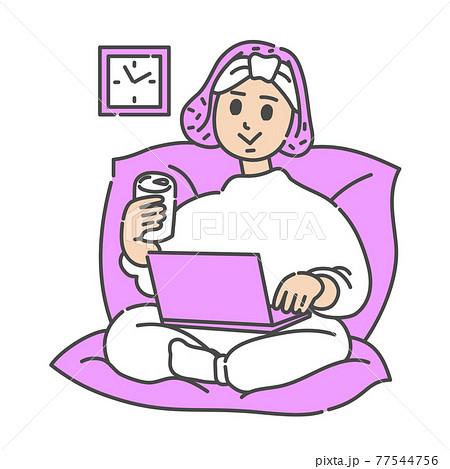 ソファーでくつろぎながらネットサーフィンする女性 77544756