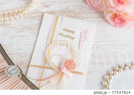 結婚祝のご祝儀袋とパールのネックレスとバラ 77547814