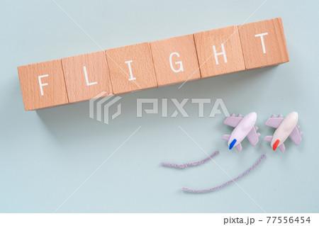 フライト、飛行機、飛行|「FLIGHT」と書かれた積み木と飛行機のおもちゃ 77556454