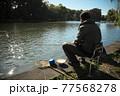 石神井池で釣りをするシニア男性 77568278