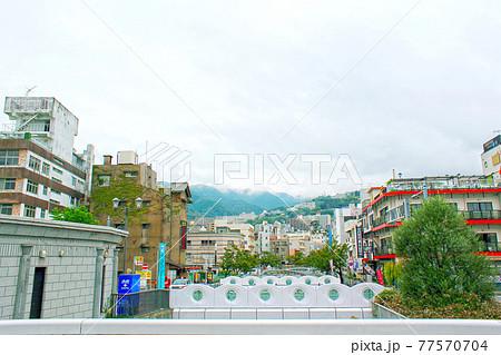 【静岡】秋の熱海 親水公園から眺める街並みと雲がかかる山際 77570704
