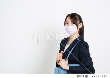 マスクをしているビジネスウーマン(コピースペース) 77572446