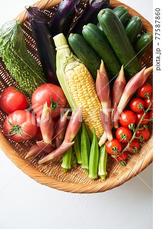 ザルに盛られた夏野菜 77587860