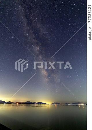 瀬戸内の夏の星景 しまなみに流れる天の川 77588121