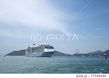 ニャチャンにて沖泊中の客船 77589360