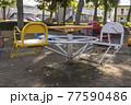 公園の遊具 椅子が付いた回転遊具 77590486