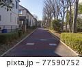 地方都市の風景 住宅地に隣接する舗装された遊歩道 77590752