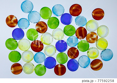 カラフルなガラスのおはじき 77592258