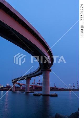 夕陽に照らされた橋 いなばポートライン 77601274