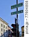 オーストリア、インスブルックのロープウェイと動物園の案内看板 77604808