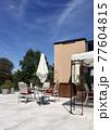 オーストリア、ザルツブルグのレストランのテラス 77604815