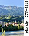 オーストリア、インスブルックのイン川とアルプスの山並み 77604818