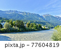 オーストリア、インスブルックを流れるイン川とアルプスの山並み 77604819