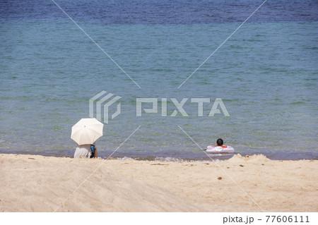 夏の日本海、仁万海岸公園の風景-母子の海水浴 77606111