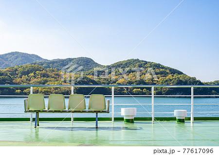 【旅行】外の景色が見えるフェリーの屋上 客船 77617096