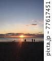 夕暮れの海岸(人物シルエット) 77617451