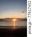 夕暮れの海岸(無人) 77617452
