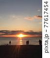 夕暮れの海岸(人物シルエット) 77617454