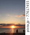 夕暮れの海岸(人物シルエット) 77617455