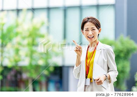 女性 ビジネス 屋外 77628964