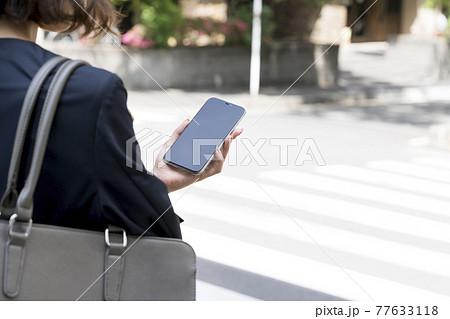 ビジネスウーマンが持ったスマートフォン イメージ 77633118