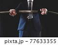 スーツ姿で日本刀を構える人物 77633355
