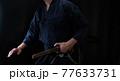 日本刀を構える人物 77633731