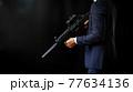 アサルトライフルを構えるスーツの人物 77634136