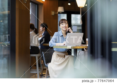 カフェで仕事をするビジネスウーマン 77647064