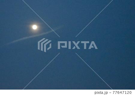 小望月の夜 雲の小舟に乗る月光② 77647120