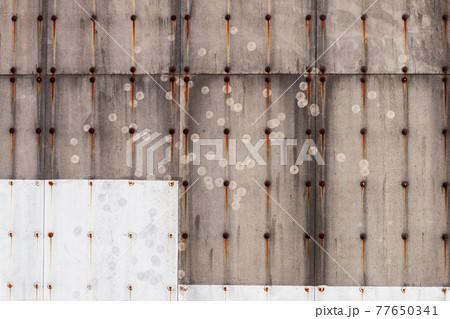 古い壁についたボールの跡と釘の錆汁 77650341