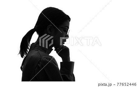 悩むアジア人女性の横顔 シルエット 77652446