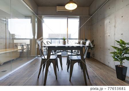 リビングルームの窓際に置かれたテーブル 77653681