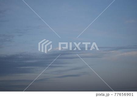 灰色の空にたなびく縞模様のすじ雲① 77656901