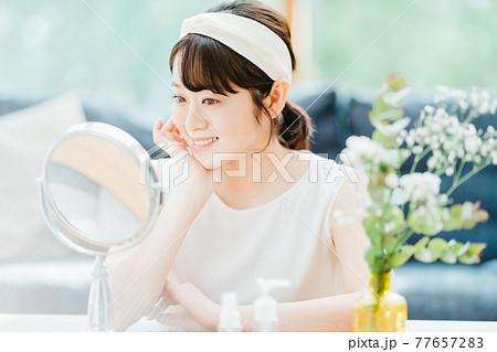 スキンケア 女性 若い 77657283