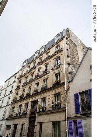 フランスパリの歴史的な石造りのアパルトマン  77665758