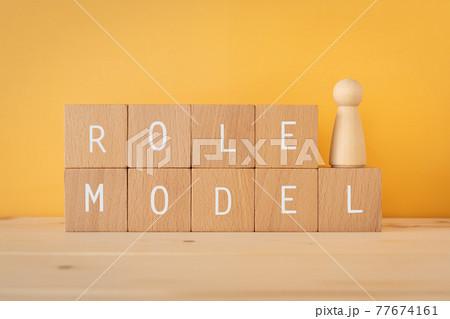 ロールモデル、手本、見本|「ROLE MODEL」と書かれた積み木と人型のオブジェ 77674161