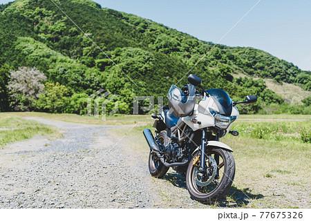 初夏のバイクツーリング 新緑さわやかな里山の山林 e-3 マット感 77675326