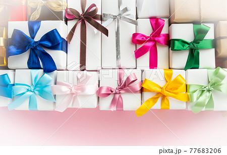 たくさんのプレゼント カラフルなギフトボックス 贈り物 ギフト リボン たくさん いっぱい 77683206