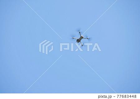大空を飛ぶドローン 77683448